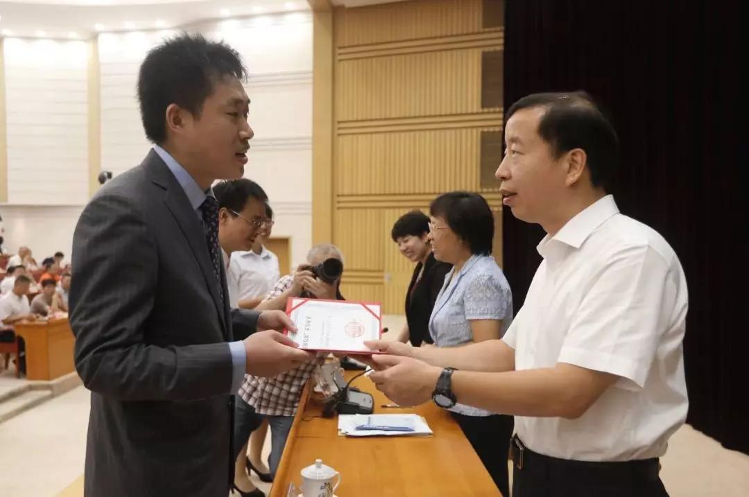 """团贷网王刚博士获评东莞""""首席技师"""",市长颁奖勉励"""